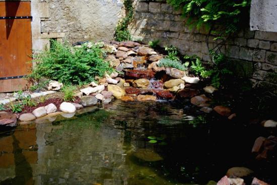 Bassin dans une cour intérieure