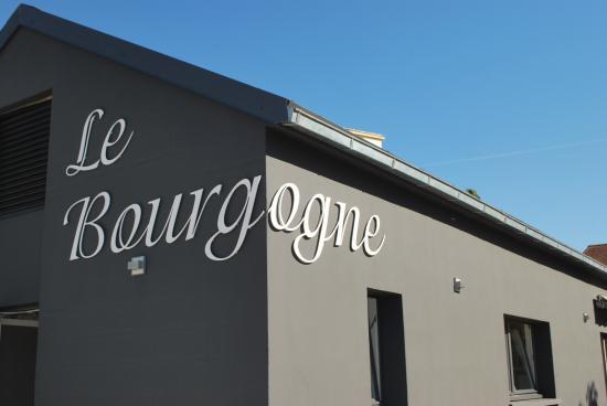 """Restaurant """"Le Bourgogne"""" à Auxerre, création du jardin terrasse"""