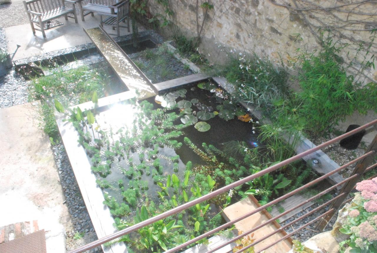 création d'un bassin miroir avec canal suspendu