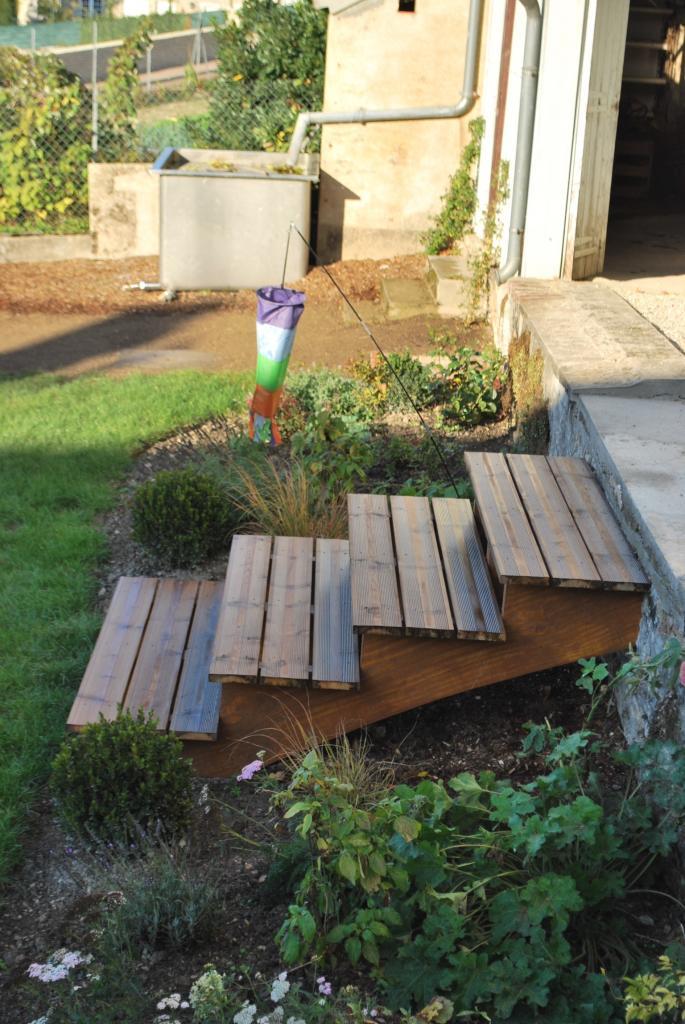 Escalier bois dans un jardin