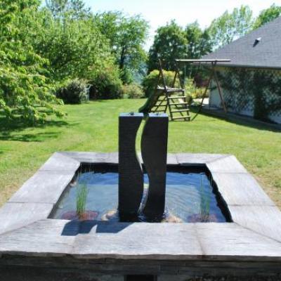 Fontaine contemporaine en ardoise à Toucy dans l'Yonne