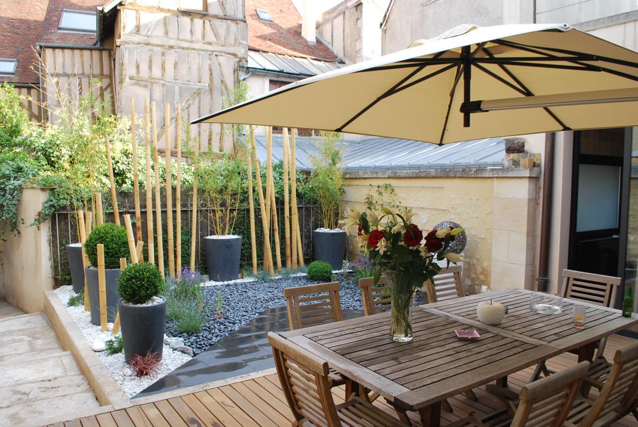 Terrasse bois et jardin d'accueil